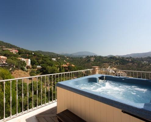Villa with hot tub in El Madronal