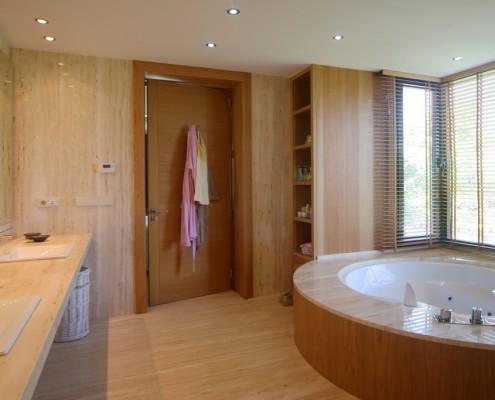 Master en-suite round bath