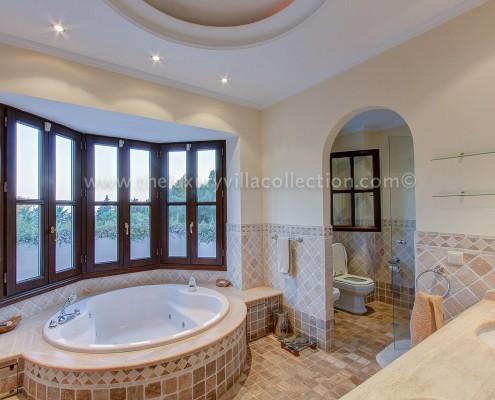 Villa DaVinci master bathroom