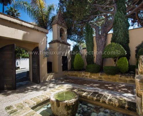 Villa Las Artes Marbella Roman patio