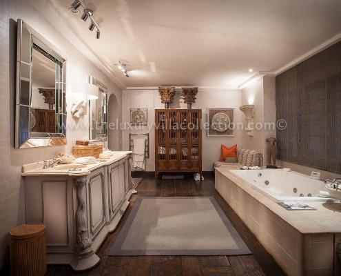 Villa Las Artes rental Marbella master bathroom