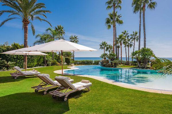 Villa Oceane, beach entry pool beside the sea