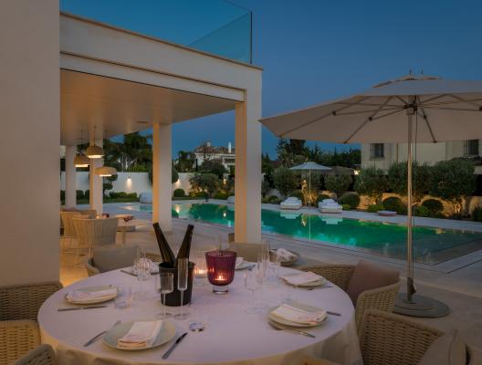 Villa Elisa: evening poolside dining