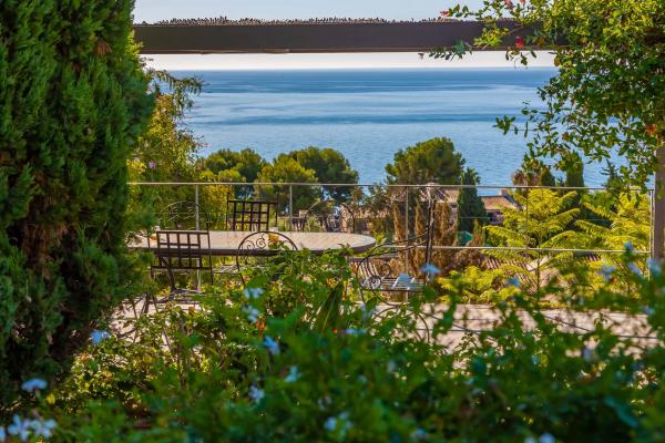 garden Villa Estrelizia modern family villa La Herradura
